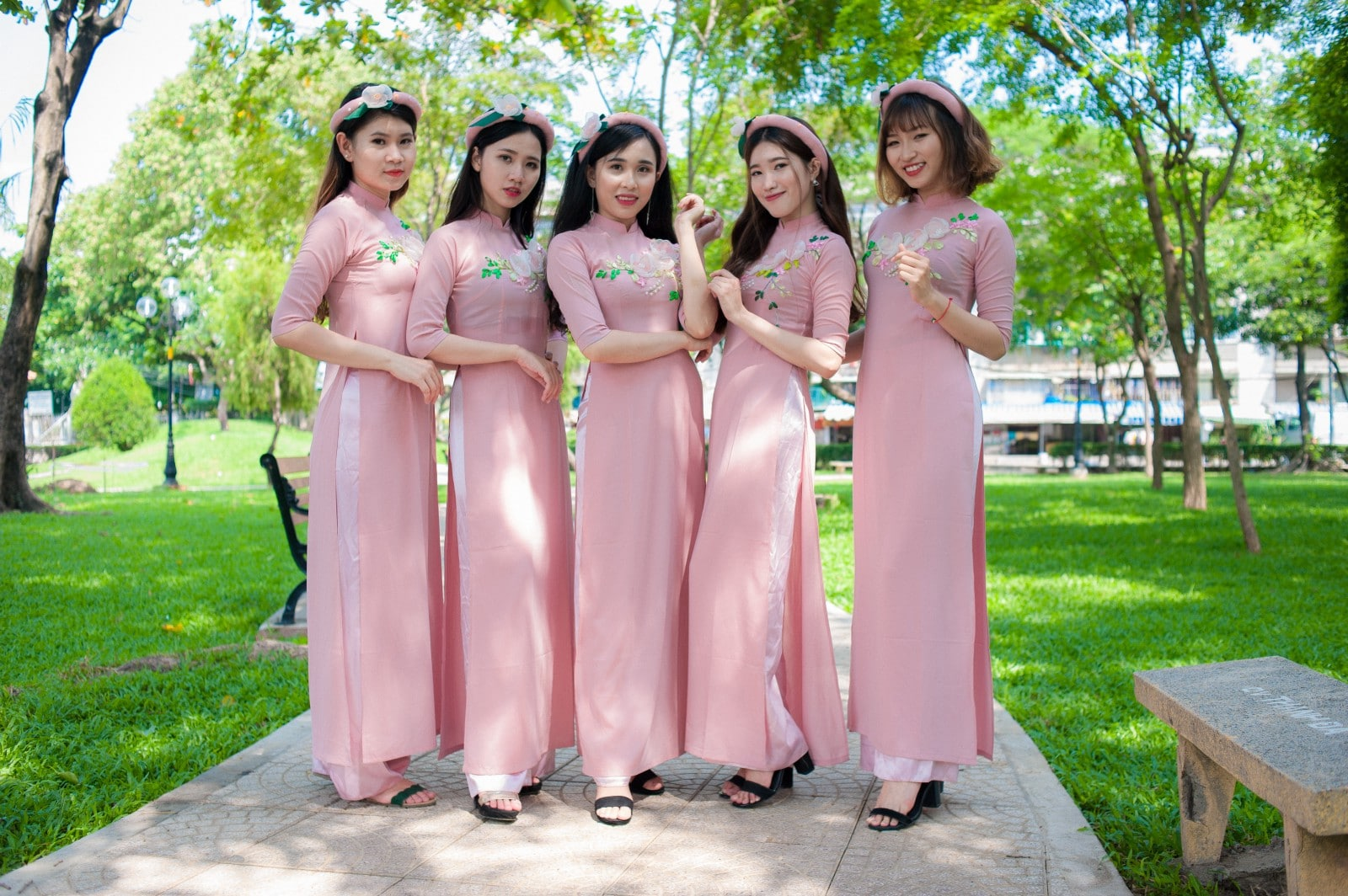 Địa chỉ cho thuê áo dài bưng quả màu hồng phấn mẫu đẹp, giá tốt tại tphcm